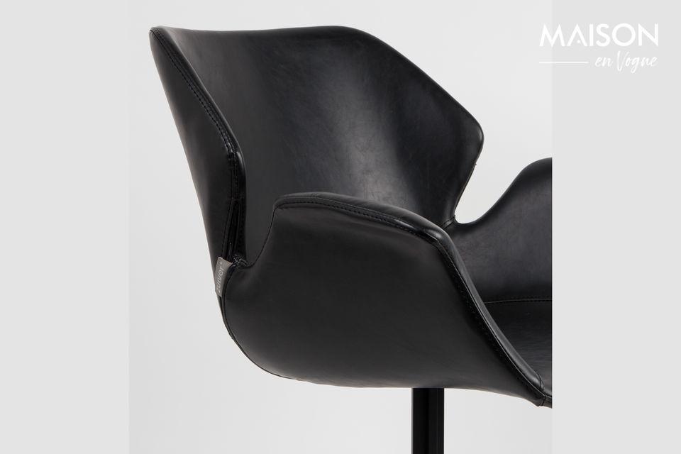 Alberga un asiento de cuero negro con un diseño clásico