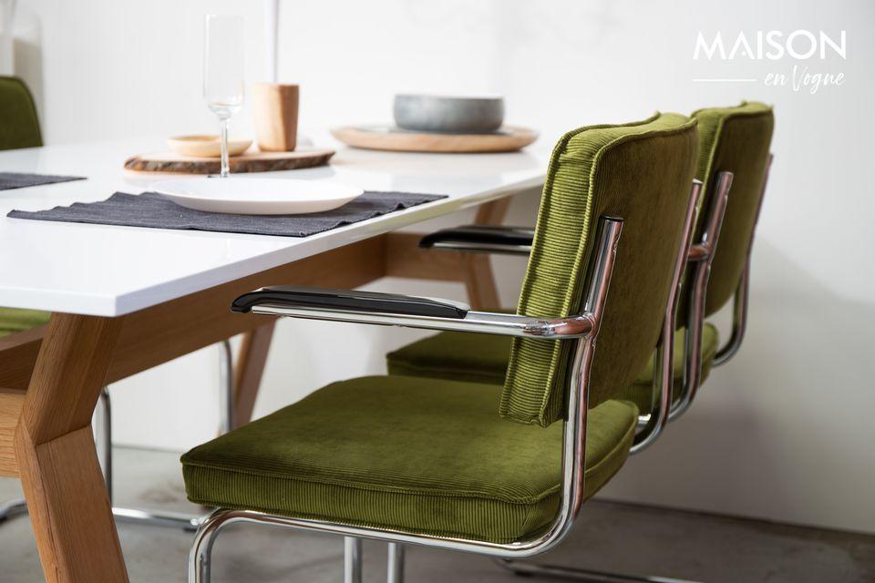 Este sillón tiene una estructura cromada con un aspecto clásico de los años 50
