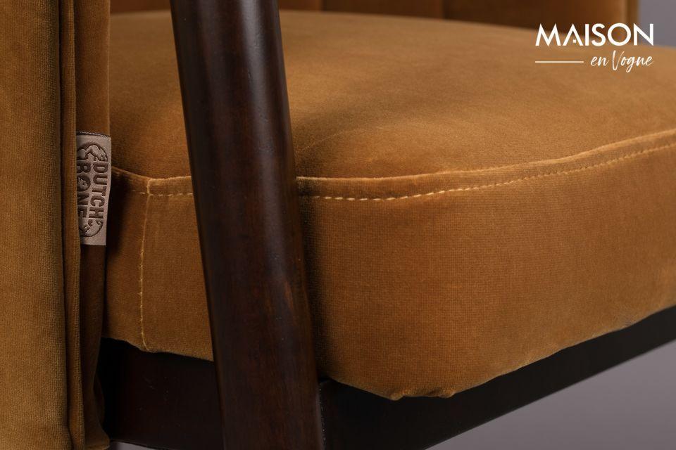 El asiento y el respaldo están tapizados en terciopelo muy suave
