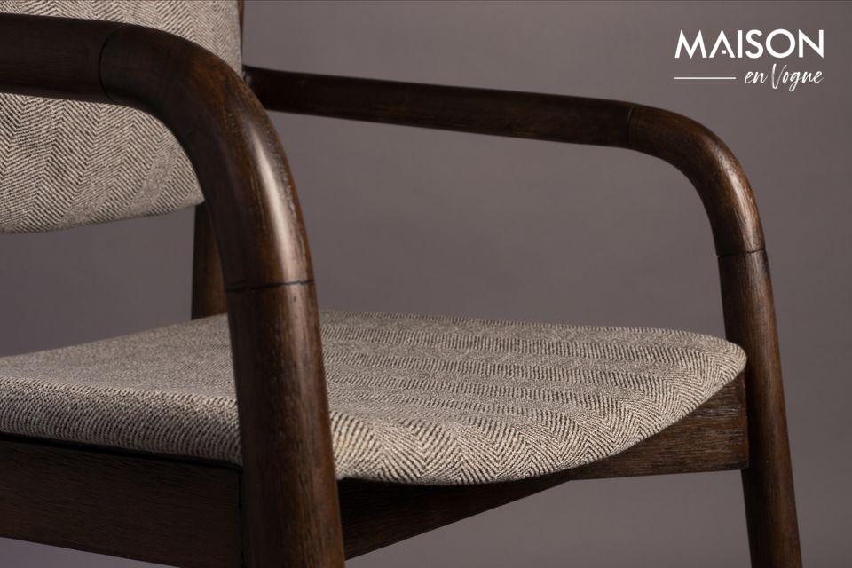 El respaldo redondeado es de madera de acacia lacada en marrón y el marco de madera de goma maciza