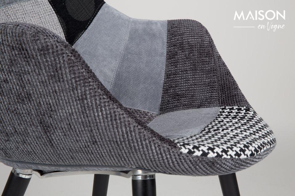 Lo que nos seduce inmediatamente en este sillón es su espacioso asiento vestido con un patchwork de