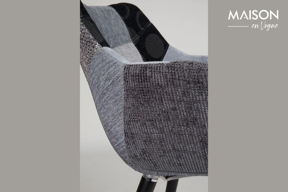 Tapizado en espuma densa, este asiento ofrece una mezcla perfecta de confort y estilo