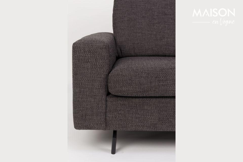 Este modelo también tiene apoyabrazos y piernas de acero que subrayan su moderno diseño a la vez