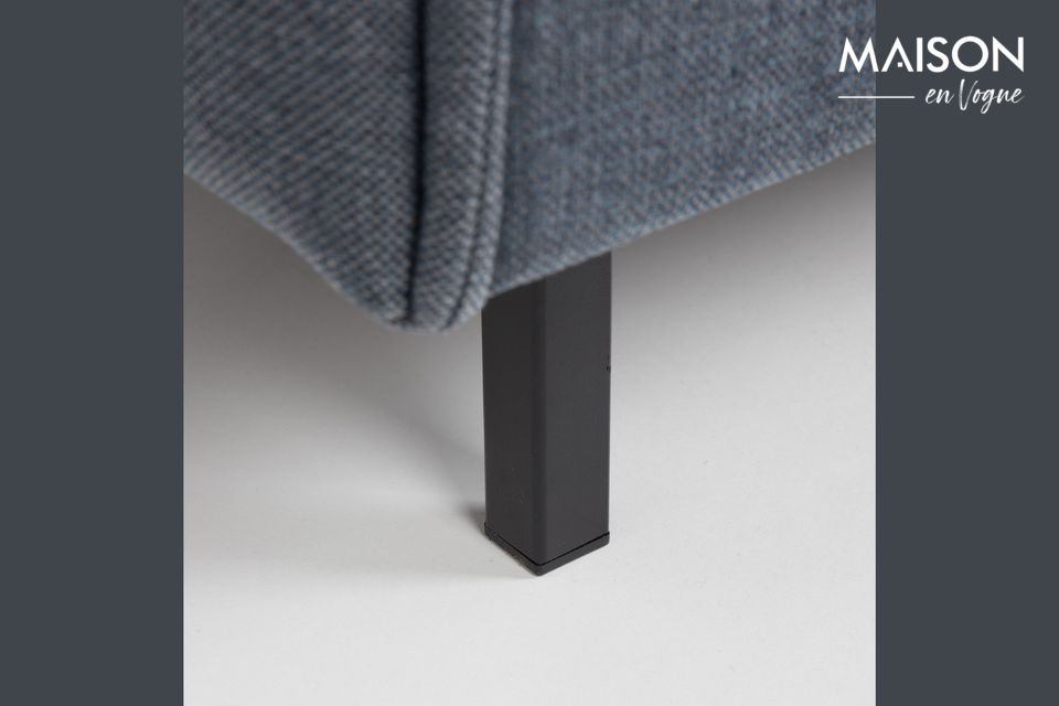 Un sofá con un largo diseño
