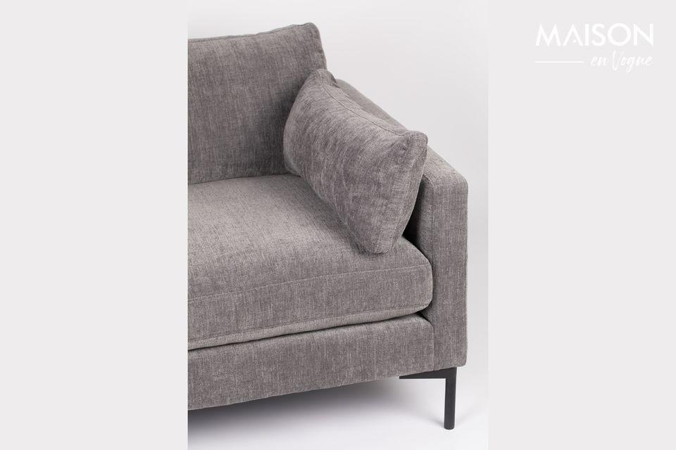 Amplio y profundo, este sofá necesita hacerse cómodo para que tú, a su vez, puedas hacer el tuyo