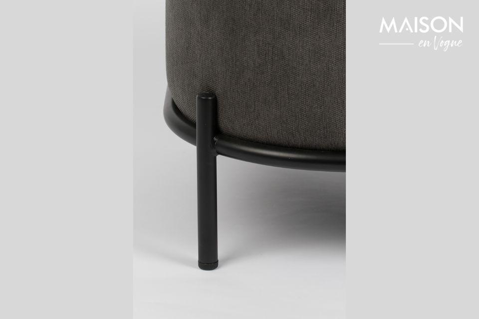 Con un asiento de contrachapado tapizado con espuma de poliuretano y recubierto con un elegante
