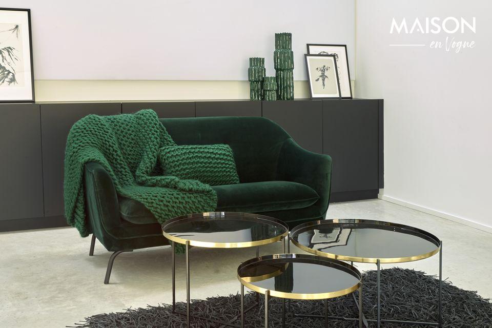 Un sofá de terciopelo que combina la suavidad y la comodidad
