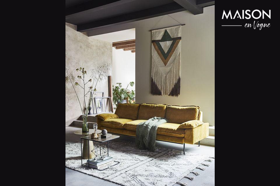 Con sus finas patas de metal lacado negro, este sofá de 4 plazas seduce por su aspecto acogedor