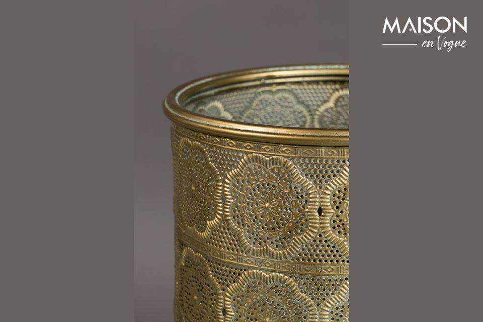 La olla se eleva con pies que también están cubiertos de polvo de oro
