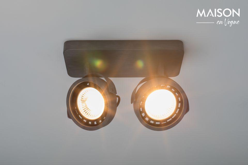 Esta luminaria tiene 2 focos direccionales y está hecha de aluminio galvanizado