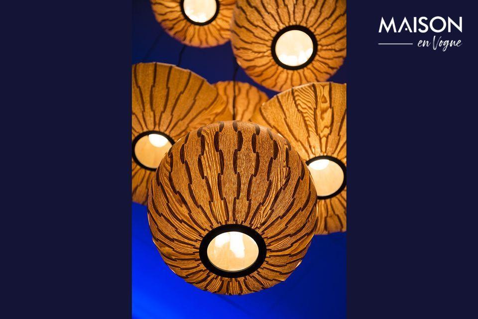 La suspensión de la iluminación hecha de madera de fresno