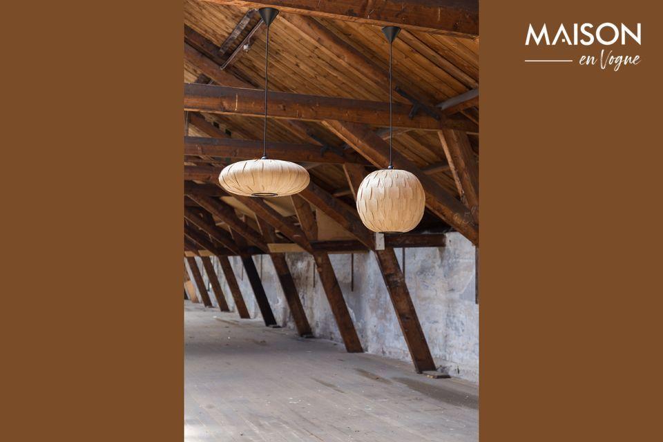 La lámpara está hecha de finas tiras de madera de fresno ensambladas