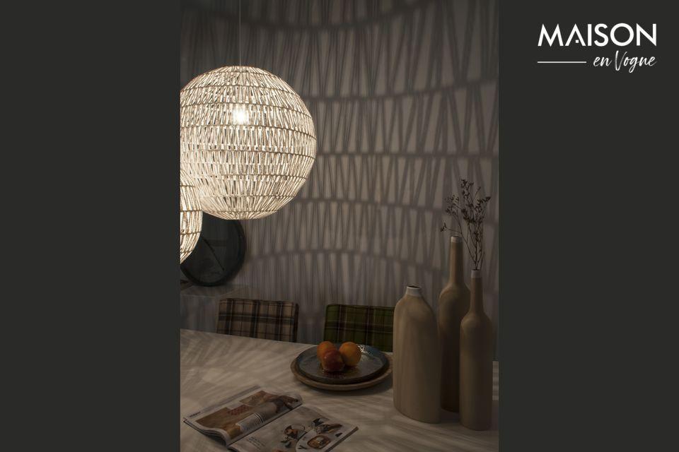 Una base elegante sostiene una estructura de tela retorcida que proyecta patrones suaves y animados
