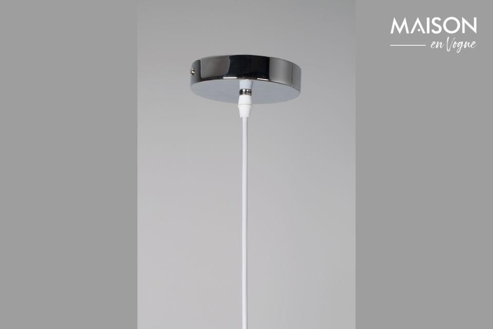 Sus alambres retorcidos bien dispuestos en la base de hierro crean un volumen alrededor del bulbo y