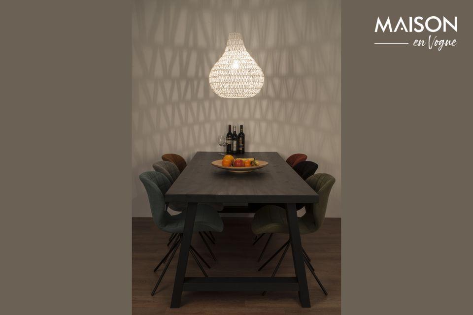 Una lámpara colgante con un diseño moderno creando un ambiente suntuoso