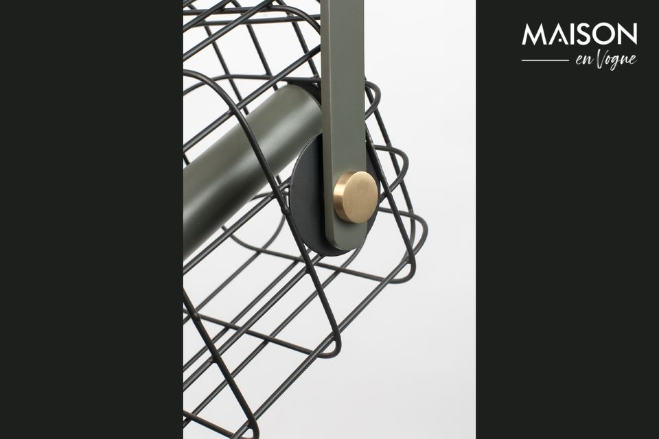 Imagine una jaula de hierro lacado con bonitos acabados de latón