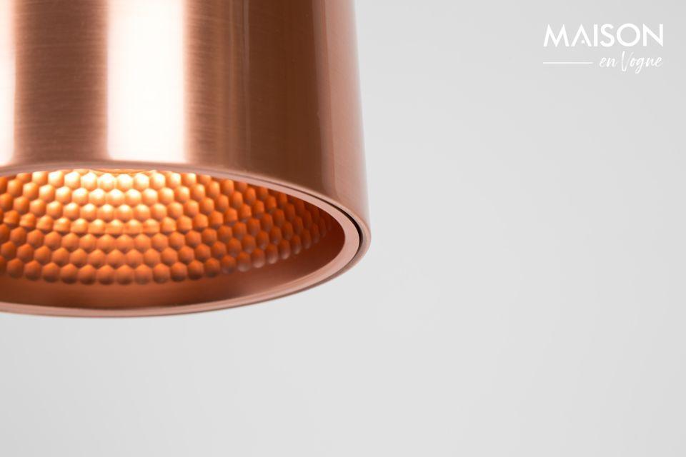 Su tono metálico está cubierto con cobre cepillado para potenciar su aspecto retro