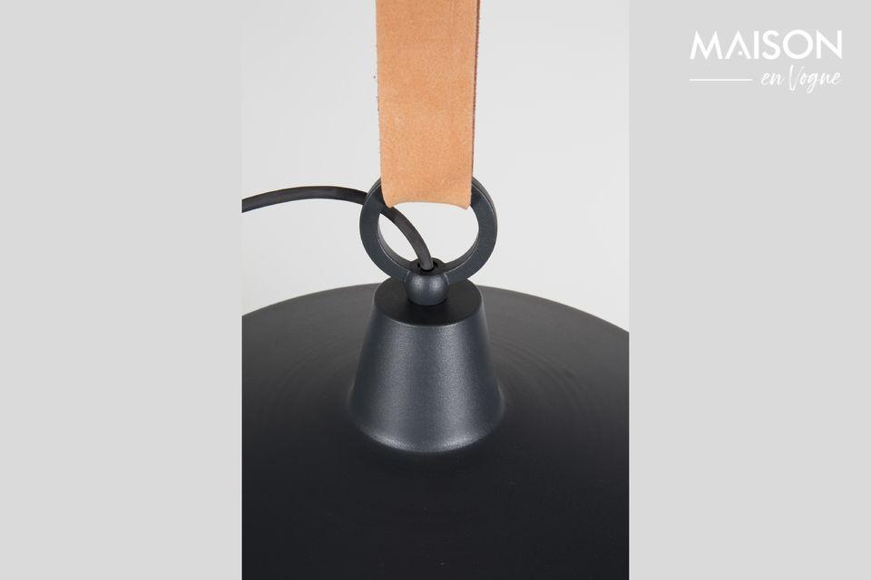 Esta suspensión combina acero y cuero, que rara vez se combinan en una luminaria