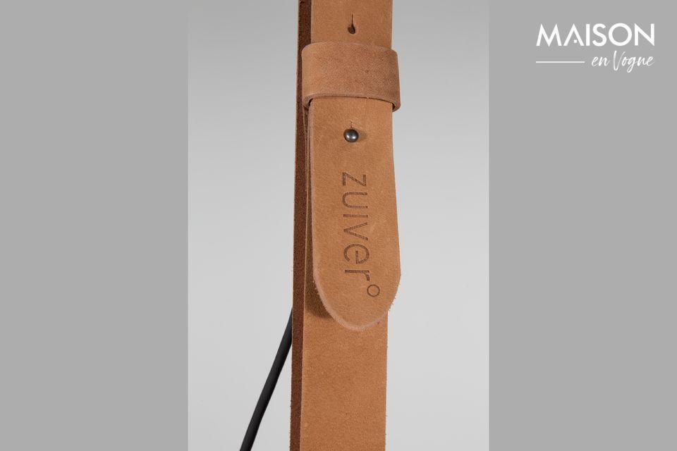 La correa de cuero ajustable que se desliza a través de dos anillos permite ajustar la altura a