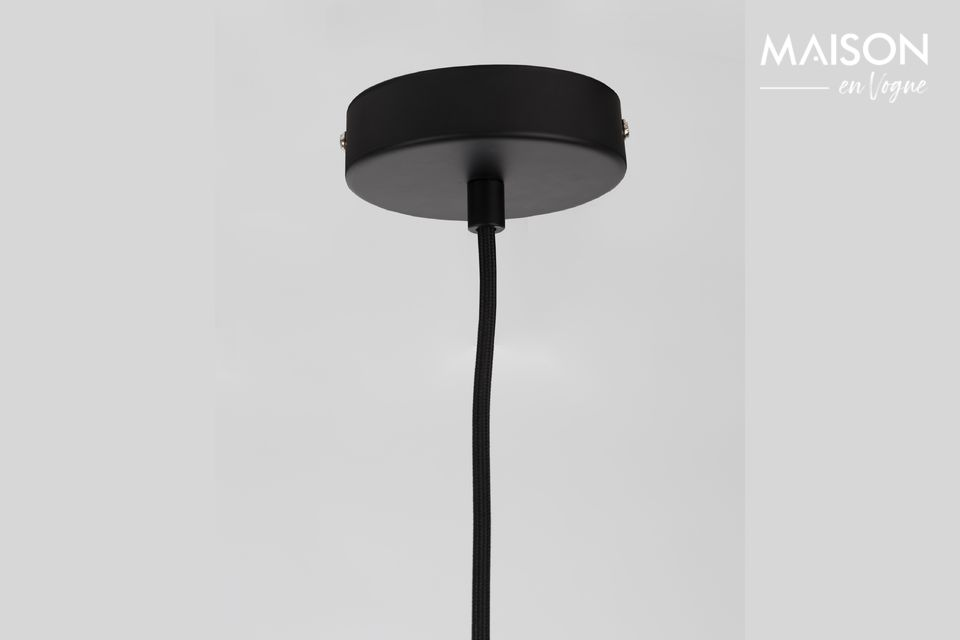 Su pantalla de hormigón pintada de negro está grabada con las letras de la marca Zuiver