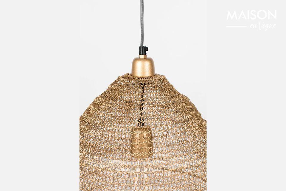 Aquí hay una inusual lámpara con una pantalla que se destaca por su envoltura que recuerda la