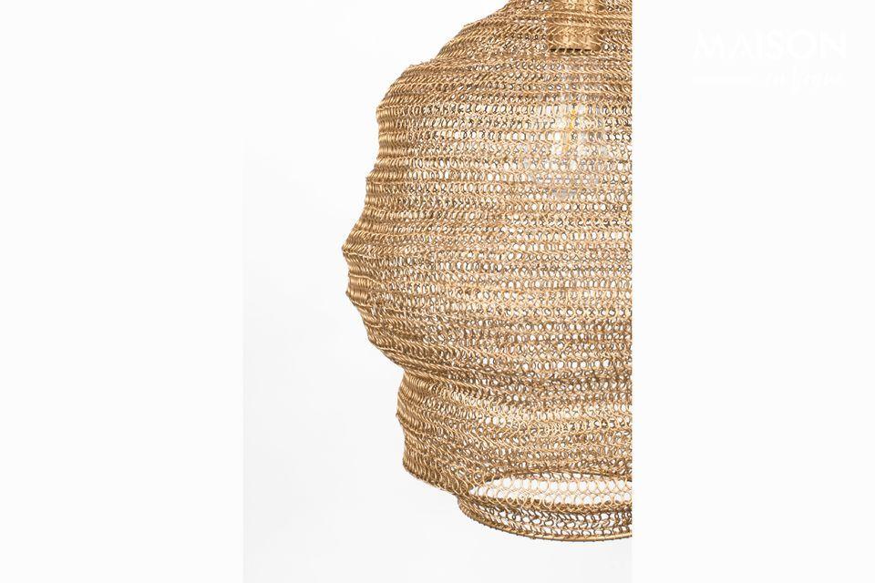 El cálido tono dorado de esta lámpara está hecho de hierro lacado