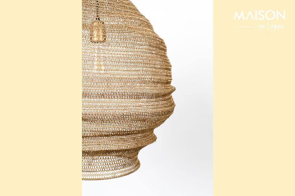 Esta lámpara colgante es inmediatamente atractiva por la fina malla que la rodea