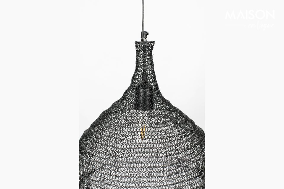 Una lámpara colgante con un diseño moderno y una pantalla de malla de hierro