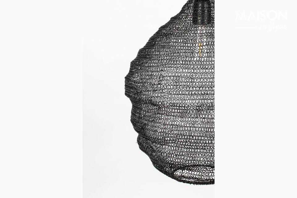 Esta lámpara colgante negra Lena M está diseñada con una pantalla de malla que crea una