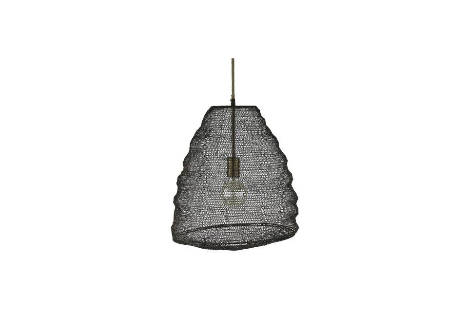Está hecha de metal a modo de red de pesca y evoca con mucho la forma de un enjambre de abejas