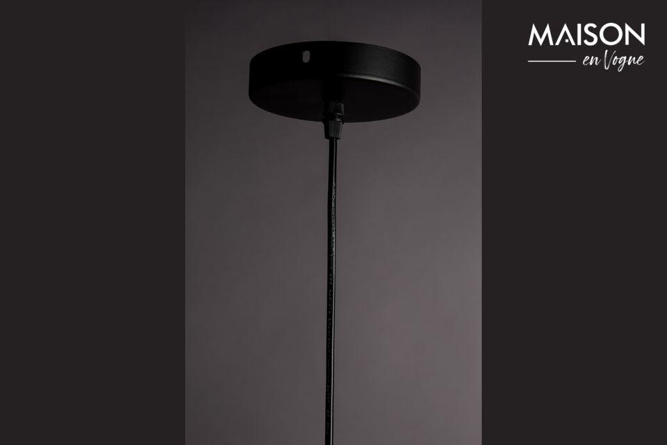 Su sombra redonda, de 34,50 cm de diámetro, está unida a un fino cable negro ajustable