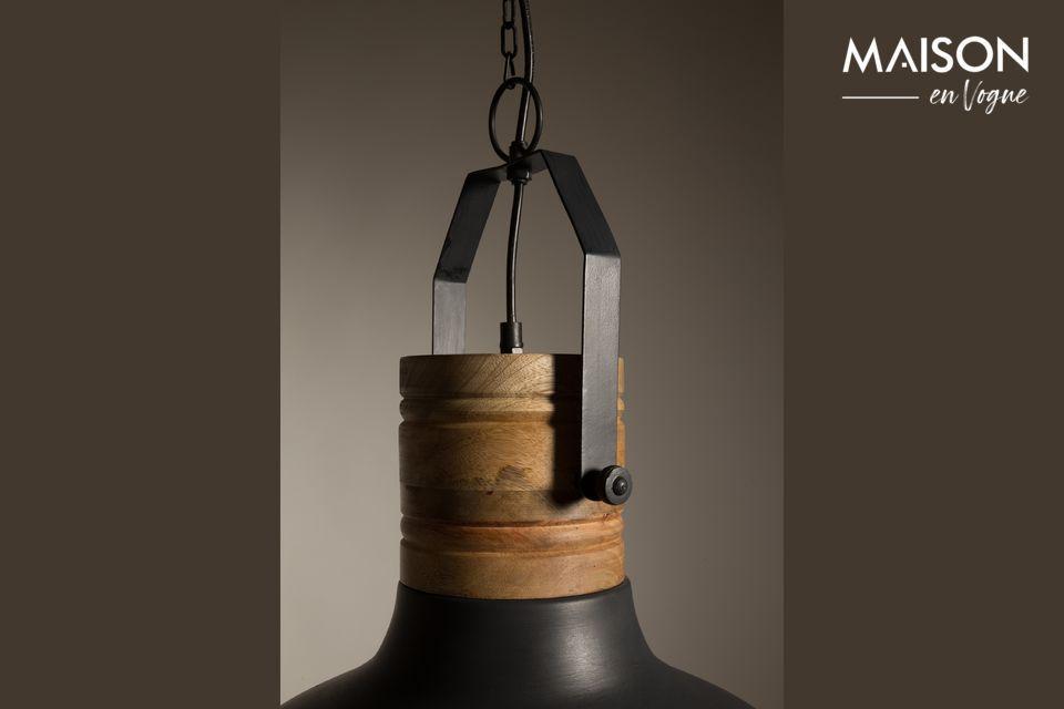 Esta original pieza le ofrece la agradable combinación de hierro negro combinado con detalles de