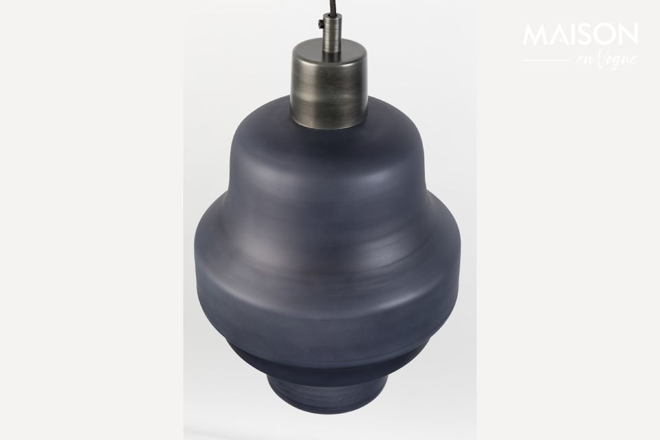 Esta lámpara colgante ofrece un efecto sereno gracias a su sobre de vidrio pintado en antracita