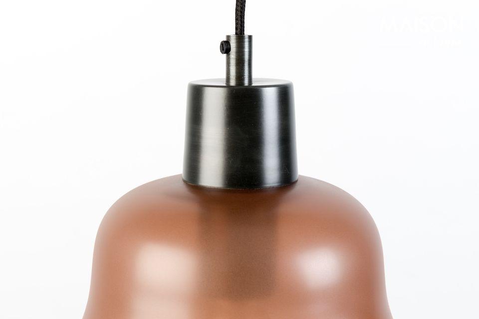 La lámpara del techo circular está hecha de hierro lacado negro