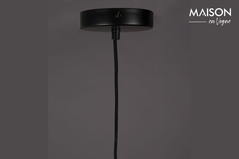 Coloreada en negro, esta luminaria de vanguardia decorará discreta pero elegantemente su interior