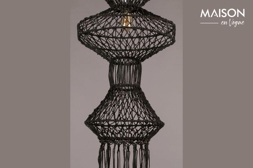 Esta hermosa lámpara nos recuerda a Indonesia, pero también al floreciente período del macramé