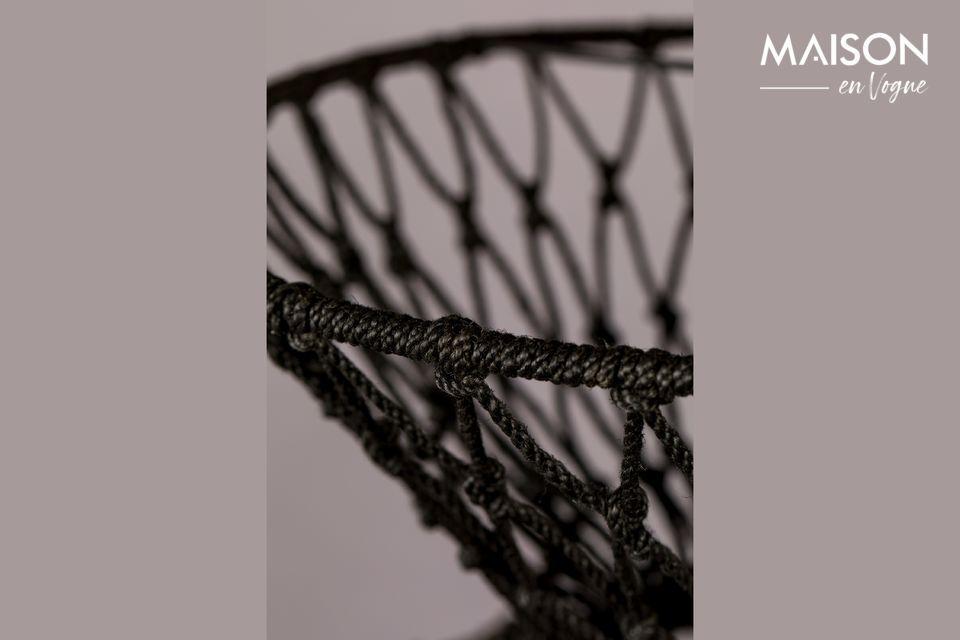 El cuerpo está hecho de círculos de hierro cubiertos con alambre de yute