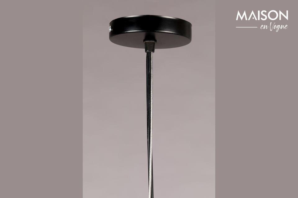 La pantalla de la lámpara termina con flecos de yute que le dan un aspecto ligero y aireado