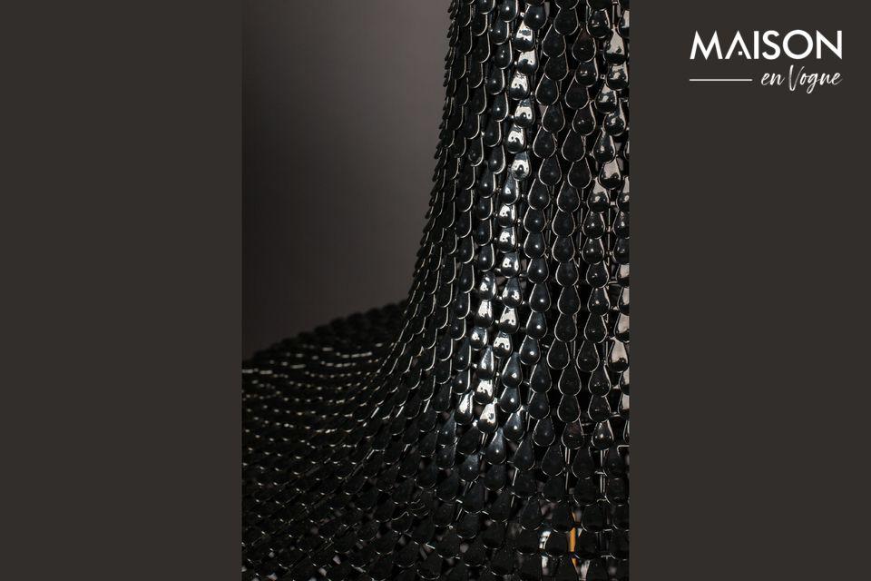 Está hecho de cientos de tiras finas de hierro puestas a mano, como escamas de pescado