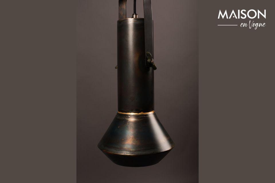 La lámpara colgante desarrolla un supuesto lado de la vieja escuela con su hierro lacado negro