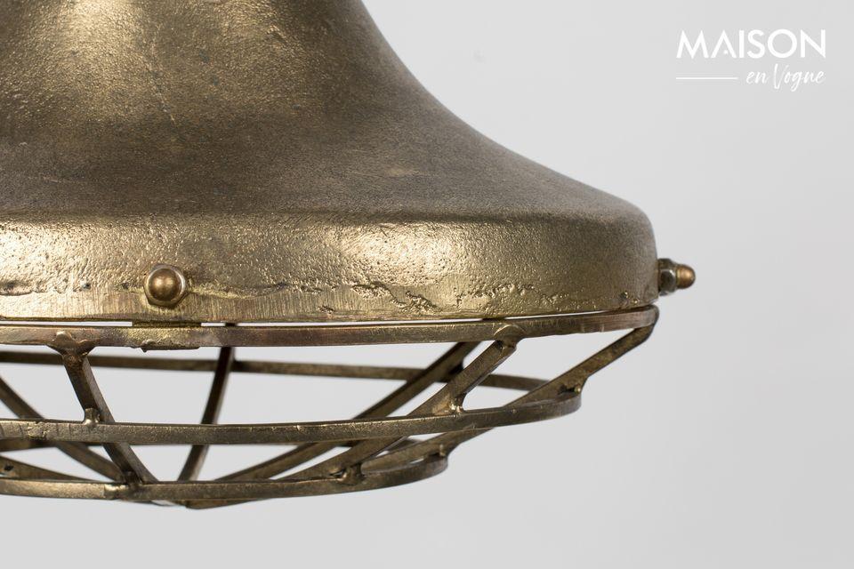 Esta bonita lámpara juega a ser la seductora asertiva con su aluminio lacado de color cobre claro