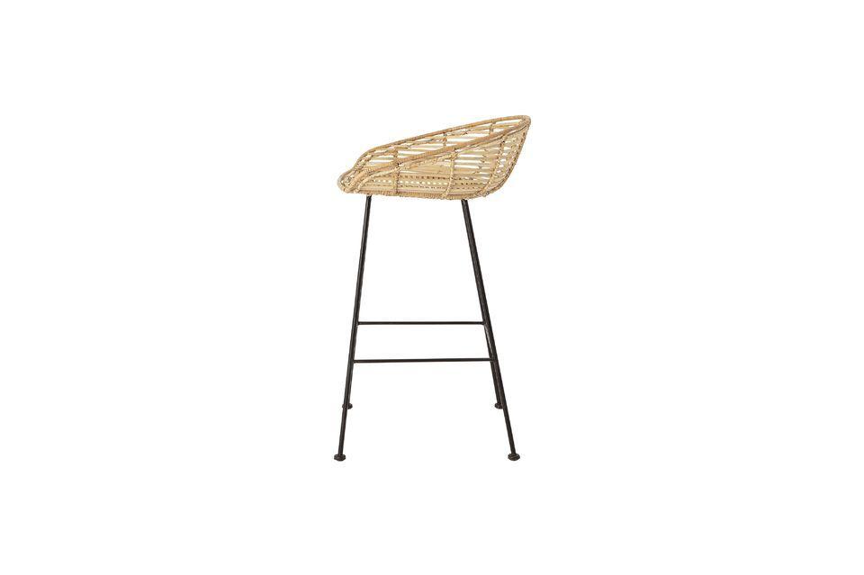 Este taburete combina el lado vintage de su asiento de ratán con la modernidad de sus patas