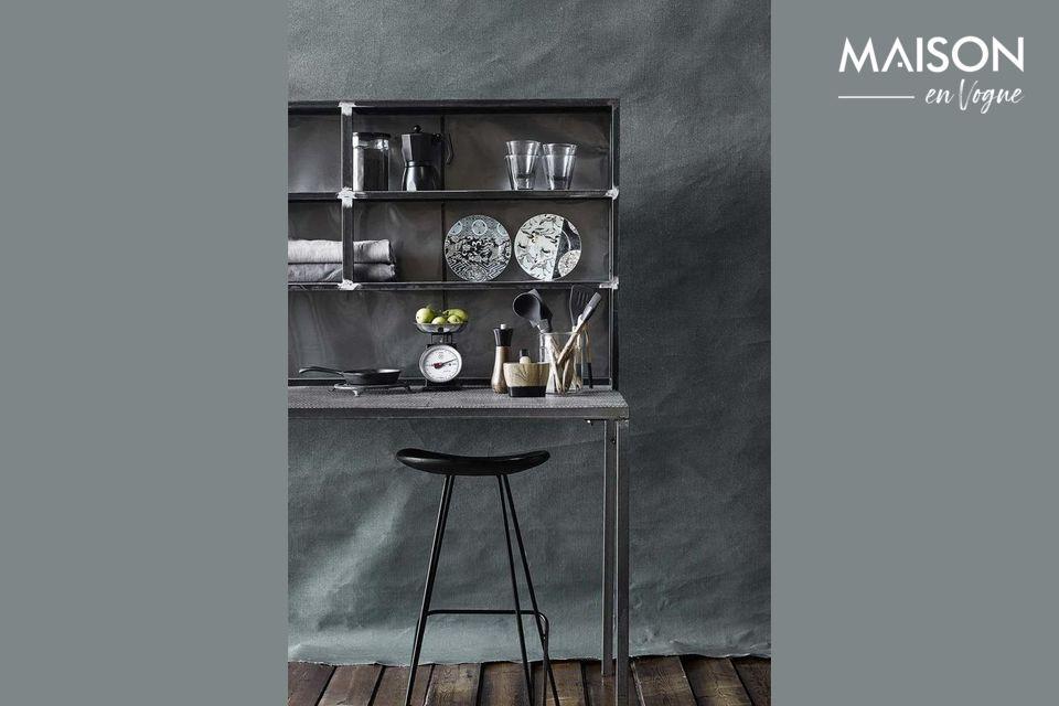 Parado en un sofisticado marco de hierro, este taburete negro tiene un asiento de madera