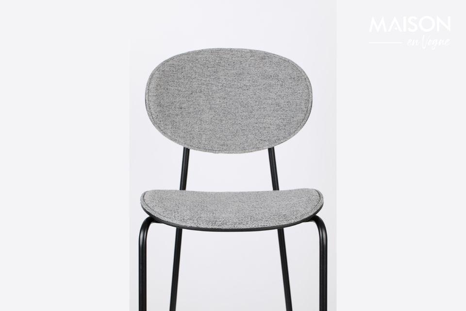 Su audaz arquitectura toma la forma de una clásica silla de cuatro patas con asiento y respaldo