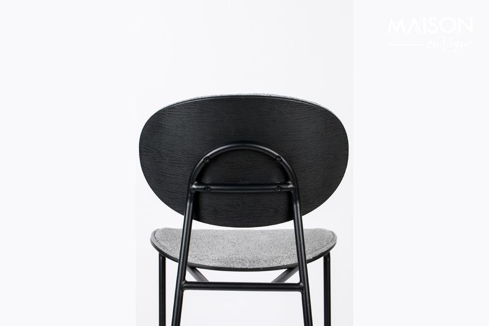 La combinación del gris de la silla y el negro de la estructura afirma su distinción