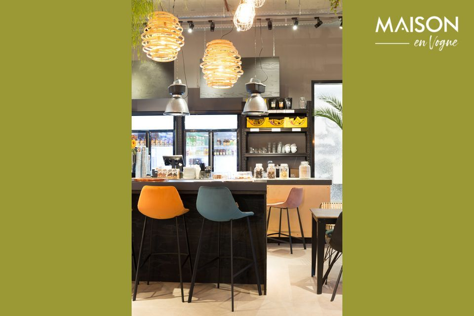 Diseño original y color excepcional para este taburete de bar con una altura de 106 cm