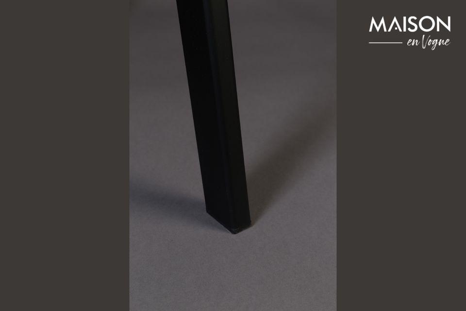 Las patas son de acero lacado negro, conectadas por 3 lados