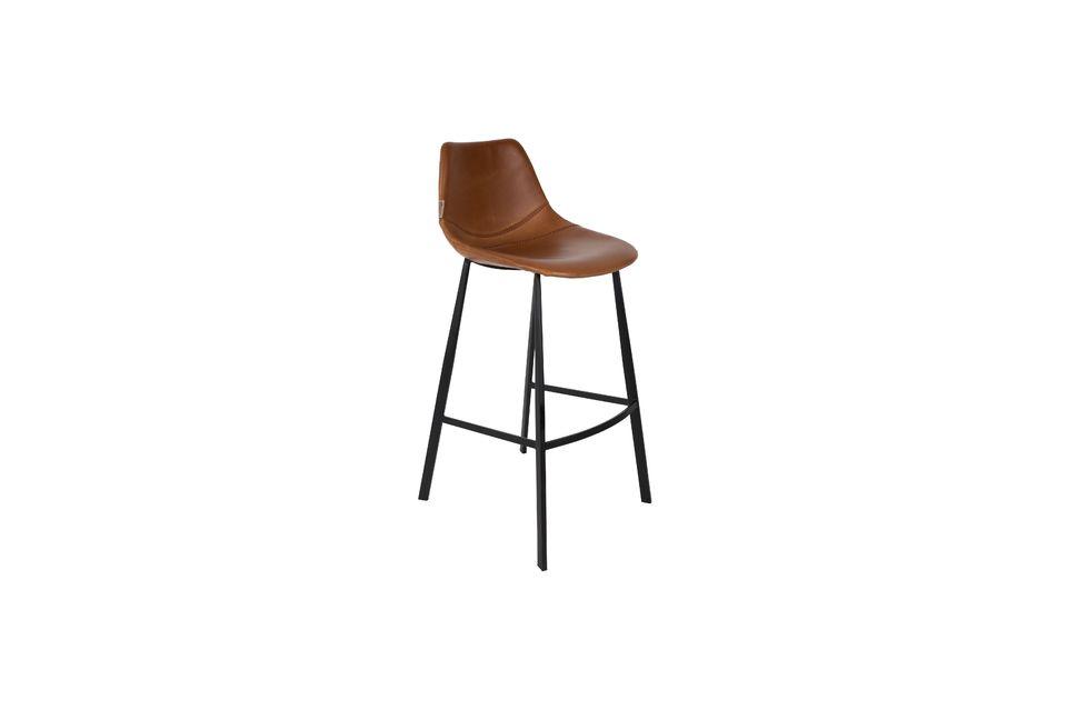 Descubre el elegante contraste creado por la combinación de las piernas rectas y el asiento con