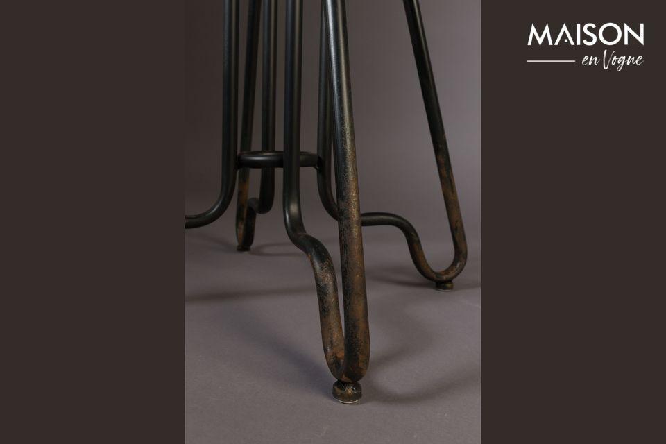 Auténtica hasta en los sutiles detalles de su metal patinado y recubierto de polvo
