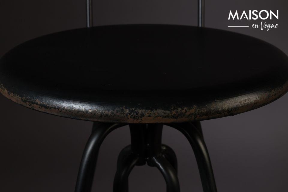 El trabajo en la base ofrece una estructura llena de movimiento y arabescos metálicos